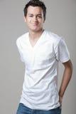 Homme bel posant dans la chemise blanche. Photo libre de droits