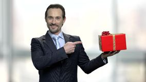 Homme bel présent le boîte-cadeau banque de vidéos