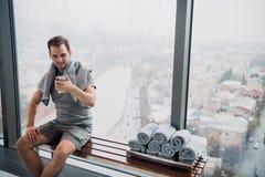Homme bel prenant un selfie avec le téléphone portable après avoir à l'intérieur formé Photos stock