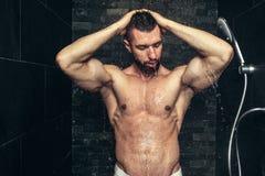homme bel prenant une douche pendant le matin Averse de regard naturelle d'athlète photographie stock