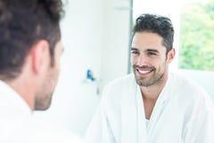 Homme bel regardant dans le miroir images libres de droits
