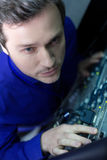 Homme bel sérieux vérifiant des câbles d'Internet images libres de droits