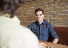 Homme bel s'asseyant dans le café Photo libre de droits