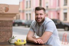 Homme bel s'asseyant en café extérieur de vegan Images libres de droits