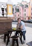 Homme bel s'asseyant en café extérieur de vegan Images stock