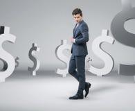 Homme bel sûr parmi l'argent illustration stock