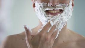 Homme bel satisfait de son nouveau produit de rasage, cosmétiques masculins qualitatifs banque de vidéos