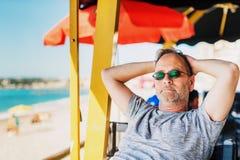 Homme bel se reposant au café de plage de bord de la mer Images libres de droits