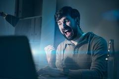 Homme bel se sentant heureux après gain d'un jeu Photos stock