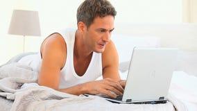 Homme bel soucieux travaillant sur son ordinateur portable clips vidéos