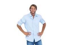 Homme bel souriant avec ses mains sur des hanches images stock