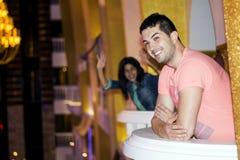 Homme bel souriant sur un balcon dans un hôtel Photographie stock
