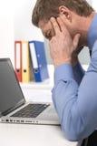 Homme bel sous l'effort, la fatigue et le mal de tête Photos libres de droits