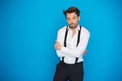 Homme bel sur la chemise et les accolades blanches de port de bleu photos libres de droits