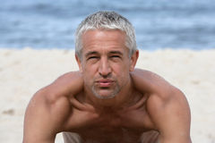 Homme bel sur la plage Image libre de droits