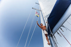 Homme bel sur le bateau de navigation Images libres de droits