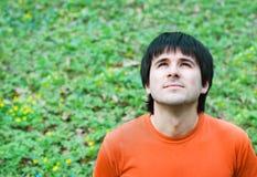 Homme bel sur le fond d'herbe verte photos libres de droits