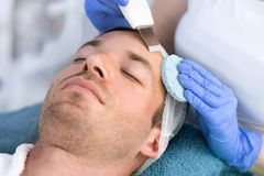 Homme bel sur le traitement de la peau faciale photo libre de droits