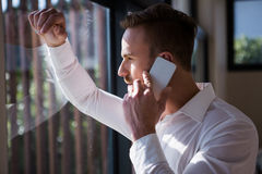Homme bel sur un appel téléphonique photo stock