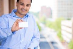 Homme bel tenant la carte de visite professionnelle de visite Photographie stock libre de droits