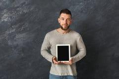 Homme bel tenant le comprimé numérique dans le studio Images libres de droits