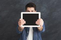Homme bel tenant le comprimé numérique dans le studio Photos libres de droits