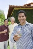 Homme bel tenant le verre de vin Image libre de droits