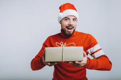 Homme bel tenant un cadeau de Noël D'isolement sur le fond blanc Photos stock