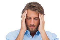 Homme bel touchant ses temples pour calmer un mal de tête photographie stock