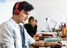 Homme bel travaillant le concept de écoute créatif de musique Photo libre de droits