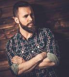 Homme bel utilisant la chemise à carreaux Image stock