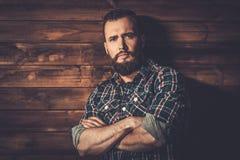 Homme bel utilisant la chemise à carreaux Photos libres de droits