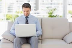 Homme bien habillé à l'aide de l'ordinateur portable à la maison images libres de droits