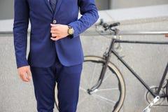 Homme bien habillé tenant la bicyclette proche Photos libres de droits