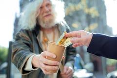 Homme bienfaisant aidant l'extérieur sans abri images libres de droits