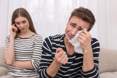 Homme bienfaisant pleurant et observant un film image stock