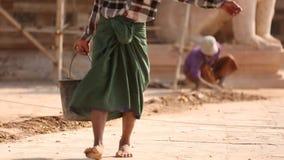Homme birman travaillant en Ananda Phaya Temple clips vidéos