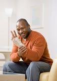 Homme blessé avec faire des gestes d'attelle de poignet Photo libre de droits