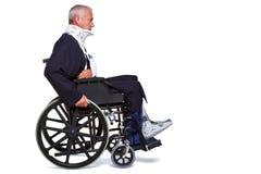Homme blessé dans le fauteuil roulant Photographie stock libre de droits