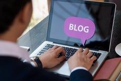 Homme Blogging Photographie stock libre de droits