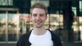 Homme blond attirant souriant et regardant la caméra clips vidéos