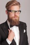 Homme blond bel utilisant un smoking photos stock