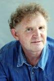 Homme blond de portrait dans la chemise de denim Photo libre de droits