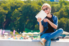 Homme blond dehors utilisant son comprimé dehors Photographie stock libre de droits