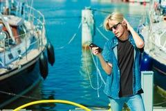 Homme blond dehors utilisant son smartphone photos stock