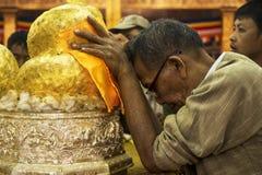 Homme bouddhiste priant à la pagoda de Phaung Daw Oo, lac Inle, Myanmar Image stock