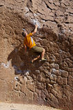 Homme Bouldering photographie stock libre de droits