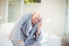 Homme bouleversé avec le mal de tête Image stock