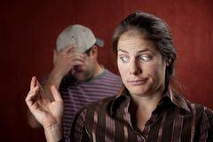 Homme bouleversé et femme coupable Photographie stock libre de droits