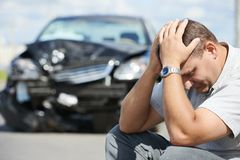 Homme bouleversé après accident de voiture Photos libres de droits